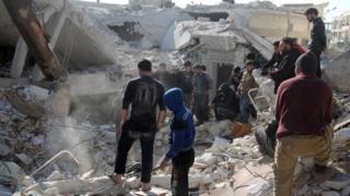 Umurwi ukurikirana ibibera muri Siriya wavuze ko habaye niburiburi ibitero cumi vy'indege mu bibanza bitandukanye vya Idlib