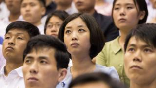 북한 평양주민들이 지난 7월 평양 류경정주영체육관에서 개최된 남북통일농구 여자 '평화'팀과 '번영'팀의 경기를 지켜보고 있다