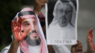 Демонстранты у посольства Саудовской Аравии в Вашингтоне требуют справедливого расследования исчезновения журналиста Хашогги.