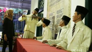 Pengunjung mengamati koleksi yang dipajang di Museum Sumpah Pemuda, Jakarta, Jumat (26/10/2018). Masyarakat ramai mengunjungi museum ini menjelang peringatan Hari Sumpah Pemuda ke-90 yang jatuh pada Minggu 28 Oktober 2018.