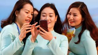 Phụ nữ trẻ tuổi có ít hơn nam giới 10% về điện thoại di động và kém nam giới 12% về tiếp cận Internet.