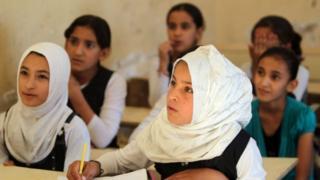 estudantes iraquianos nas salas de aula