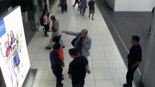 金正男(中央身穿灰色西装者)倒毙前与吉隆坡第二国际机场职员交谈(13/2/2017)