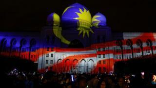 马来西亚布城司法宫前群众聚集观看跨年激光表演(31/12/2018)