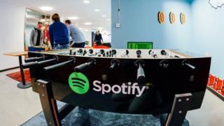 Pebolim com logo do Spotify