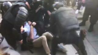 Георгия Оганезова били по коленям.