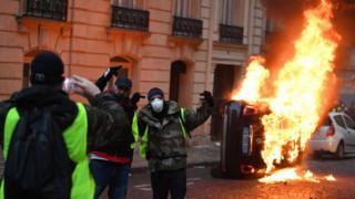 در پاریس معترضان خودروها را به آتش کشیدند و شیشههای مغازهها را شکستند
