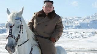 كيم جونغ أون ممتطيا صهوة جواد أبيض على جبل بايكتو المغطى بالثلوج