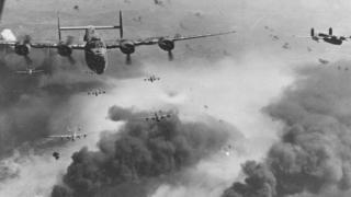aeronaves voando sob fumaça