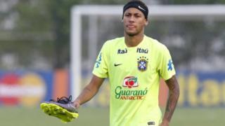 Paris Saint_Germain wana uhakika wa kukamilisha uhamisho wa pauni milioni 198 wa Neymar, 25, kutoka Barcelona katika siku 15 zijazo. (L'Equipe)