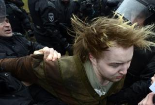 ۲۹ آوریل ۲۰۱۷ - نیروهای پلیس یکی از معترضان در سنپترزبورگ را بازداشت میکنند