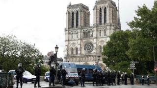 La policía rodeando la catedral de Notre Dame en París.