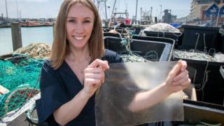 Lucy segurando a alternativa a plástico que criou