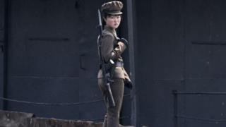 Ялуцзян дарыясынын жээгиндеги жоокер кыз. (2014-жылдагы сүрөт)