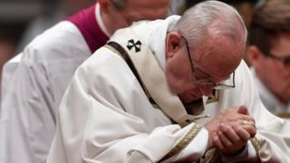 프란치스코 교황은 성탄 전야 미사에서 요셉과 마리아의 삶을 비유로 이민자들의 어려움을 호소했다