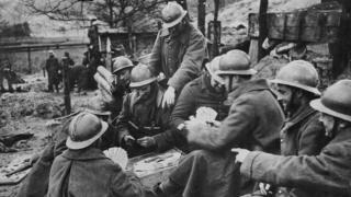 """У той же період французькі солдати могли трохи пограти у карти біля укріплень """"Лінії Мажино"""", 1939 рік"""