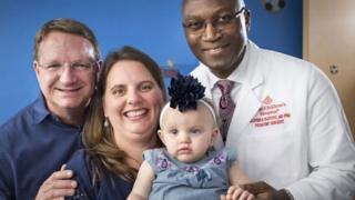 Margaret com o marido, Lynlee e o médico que a operou