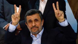 Mahdmoud Ahmadinejad tras registrarse para las elecciones presidenciales