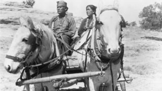 Pareja navajo en un carruaje (1939).