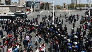 Taksim Meydanı'nı kapatan polisler
