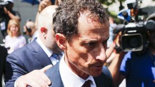 Энтони Уинер выходит из здания суда
