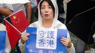 8月17日,香港建制派在金钟添马公园发起集会,反对一切形式的暴力。