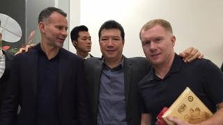 Bình luận viên Quang Huy cùng Ryan Giggs và Paul Scholes tại buổi Lễ khánh thành Trung tâm Đào tạo Bóng đá trẻ PVF.