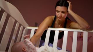 Mãe tenta por bebê para dormir