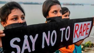 ஹைதராபாத்தில் 27 வயது பெண் வன்புணர்வு செய்து கொல்லப்பட்டதை கண்டித்து கொல்கத்தாவில் பெண்கள் நடத்திய போராட்டம்.