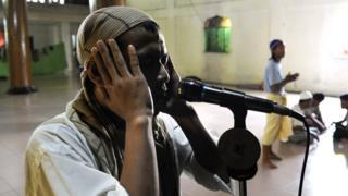 Muezzin mu musigiti wo muri Philippines