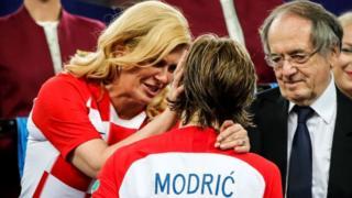 Croatian President Kolinda Grabar Kitarovic dey greet Croatian player Luka Modric wen dem award am Golden boot for 2018 FIFA World Cup Russia final.