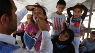 Niños palestinos reciben ayuda.