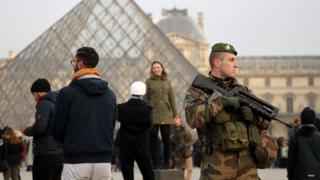 Вооруженный военный в Лувре