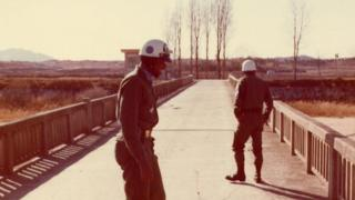 共同警备区里的不归桥(Bridge of No Return)上的美军