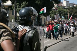 Des policiers face aux manifestants à Antananarivo