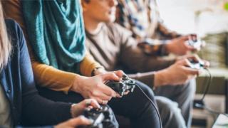 Ljudi igraju video igre