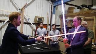 """Принцы Гарри и Уильям сразились на световых мечах во время посещения съемочной площадки фильма """"Звездные войны""""."""