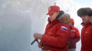 Presiden Rusia Vladimir Putin di sebelah Perdana Menteri Dmitry Medvedev saat mereka mengunjungi pulau Arktik terpencil, Franz Josef Land pada 29 Maret 2017.