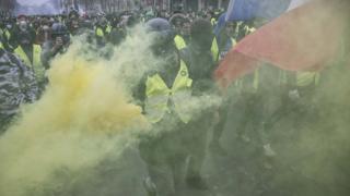 معلقون يقولون إن احتجاجات أصحاب السترات الصفراء تناوئ السياسات الرأسمالية