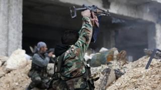アレッポ東部で戦うシリア政府軍の兵士(5日)