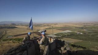جنديان من قوات حفظ السلام التابعة للأمم المتحدثة فوق أحد الجبال بين الحدود الإسرائيلية-السورية بالقرب من بلدة القنيطرة (آيار/مايو 2017).