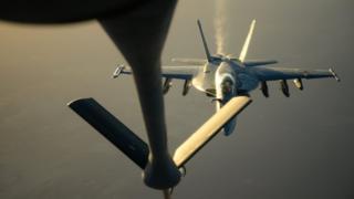 самолет F-18E на дозаправке в воздухе после операции в Сирии