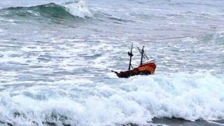 Un barco de juguete en el agua