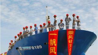 Bức ảnh được chụp ngày 6/5/2013 cho thấy các các thủy thủ TQ đứng trên một tàu đánh cá trên quần đảo Trường Sa, một quần đảo tranh chấp giữa TQ, Việt Nam và Philippines