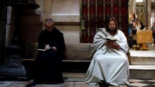 Пилигрим читает Библию в иерусалимском Храме Гроба Господня