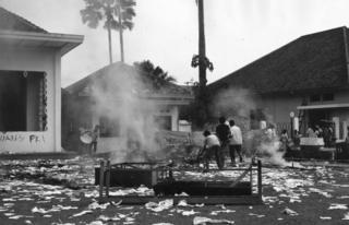13 Oktober 1965: Sekelompok mahasiswa Muslim membakar markas Pemuda Rakyat di Jakarta.