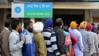नोटबंदी के दौरान बैंकों से सामने कतारें