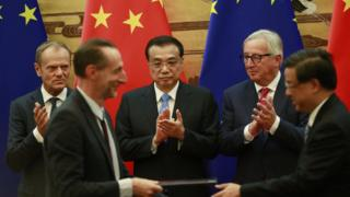中歐官員在歐盟委員會主席容克和中國總理李克強見證下,交換已簽署的協議。