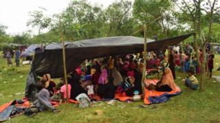 Aba Rohingya babarirwa mu bihumbi, biganjemo abagore n'abana, bamaze guhungira muri Bangladesh guhera ku wa gatanu