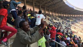 Ndị mmadụ na-agụ egwu iji kwanyere Robert Mugabe ugwu n'akwamozu ya.